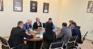 Administratori i Postës Shqiptare, Ervin Bushati dhe ambasadori Qemal Minxhozi, kanë vizituar sot Postën e Kosovës