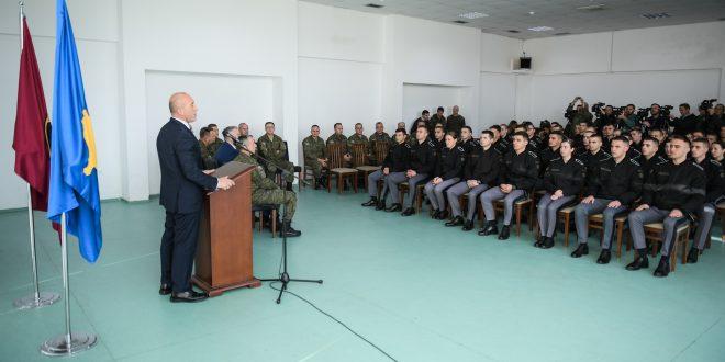 Kryeministri, Haradinaj, në një vjetorin e miratimit të ligjeve për FSK-në, ka vizituar Ministrinë e Mbrojtjes dhe FSK-në