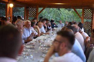 """Kryetari i Nismës Socialdemokrate ka thënë se pas zgjedhjeve do të shihen ofertat e partive. Sipas Fatmir Limajt, nuk përjashtohet as një koalicion paszgjedhor me PDK-në, ndërsa në zgjedhje Limaj do të garojë me koalicion Nisma, AKR dhe PD. Por, Fatmir Limaj, pret një aleancë edhe me Lëvizjen për Bashkim, dhe me Partinë e Drejtësisë dhe së bashku të shkojnë në zgjedhje të jashtëzakonshme. """"Varësisht ofertave që kemi pasur të githë, kemi parë që interesi i Kosovës është që Nisma e AKR të shkojnë së bashku"""", tha ai. Ndërkohë i pari i Nismës thotë se koalicioni që ai i prin do jetë një faktor në përbërjen e qeverisë së ardhshme. """"Një bosht politik i cili do të ketë një rol të jashtëzakonshëm në skenën politike të Kosovës, po i vëmë themelet e një boshti politik që në të ardhmen do të jetë një faktorë vendimtar"""", tha Limaj për T7. E ish bashkëpartiaku i Kadri Veselit thotë se nuk e ka problem të bashkëpunojë me Partinë Demokratike të Kosovës. Siç thotë ai, pas zgjedhjeve do të shihen programet dhe interesat e përbashkëta të koalicionit që ai udhëheq me partitë që pretendojnë të udhëheqin vendin."""