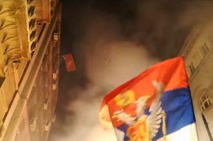 Huliganët serbë e sulmojnë ambasadën e Malit të Zi në Beograd, Markoviq zotohet se do ta mbrojë vendin e tij