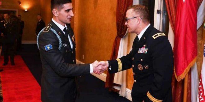 Kapiteni Bujar Ferizi nderohet me dy çmime në shkollën ushtarake në SHBA