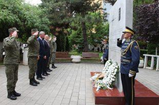 Ministri i Mbrojtjes dhe komandanti i FSK-së, nderojnë ushtarët e NATO-s të rënë gjatë shërbimit në Kosovë