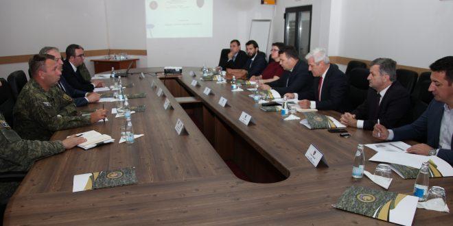 Komisioni Parlamentar për Punë të Brendshme, Siguri dhe Mbikëqyrje të FSK-së viziton Ministrinë e Mbrojtjes