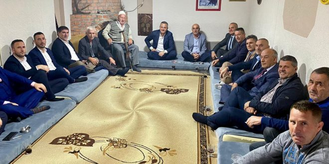 Kryetari i Skenderajt, Bekim Jashari me Nuredin Lushtakun, kanë vizituar familjen e kryetarit të OVL-UÇK-së, Hysni Gucati