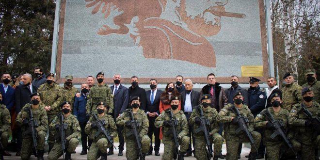 Në Regjimentin e forcave tokësore të FSK-së në Gjilan zbulohet mozaiku i figurës së heroit të kombit, Agim Ramadani