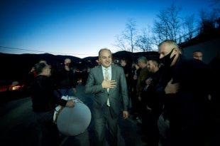 Kandidati për kryeministër i PDK-së, Enver Hoxhaj, së bashku me disa kandidatë për deputetë vizituan veriun e Kosovës