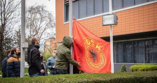 Partia Socialdemokrate ka zhvilluar një aksion në oborr të presidencës, duke vendosur Flamurin e UÇK-së