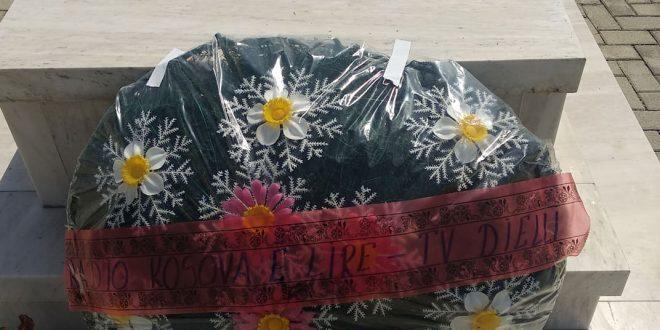 Me rastin e 5 Majit Ditës së Dëshmorëve, TV Dielli dhe Radio-Kosova e Lirë, vendosin kurorë me lule te varri i Adem Demaçit