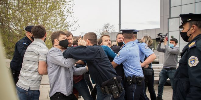 Natyra Kuçi: Aktivistët e PSD- së gjatë një aksioni u sulmuam me gaz lotësjellës nga policia, disa prej tyre edhe i arrestuan