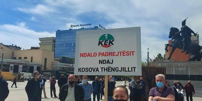 """Punëtorët e Shoqërisë Aksionare """"Kosova Thëngjill"""", protestojnë para Qeverisë më kërkesë rikthimin në punë të punëtorëve"""