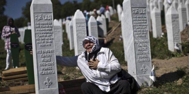 Familjarët e viktimave të masakrës së Srebrenicës dorëzojnë padi kundër Holandës në Gjykatën e Strasburgut