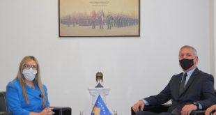 Ministri i Mbrojtjes, Anton Quni, pritinë takim Sekretaren e Përgjithshme të Ministrisë së Mbrojtjes, Rozafa Ukimeraj