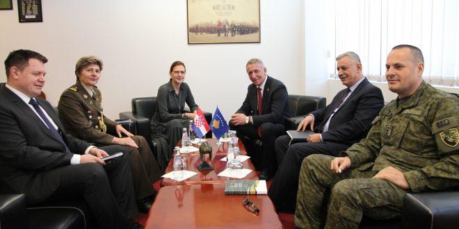 Ministri i Mbrojtjes, Anton Çuni, priti në vizitë ambasadoren e Republikës së Kroacisë në Kosovë, znj. Danijela Barishiq
