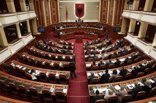 Në Kuvendin e Shqipërisë miratohet paketa anti-shpifje e cila do t'i luftojë lajmet e rreme dhe shpijet në median online