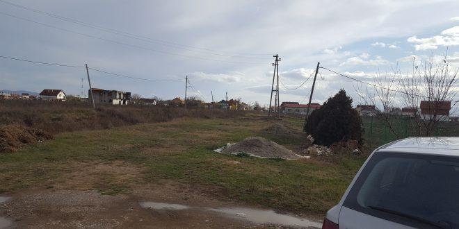 Rrëzohen shtyllat elektrike, KEDS dhe Komuna e Fushë Kosovës injorojnë peticionet