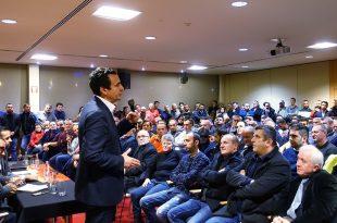 Albin Kurti i rithekson zotimet për mërgatën gjatë një takimi të tij më bashkatdhetarë në Bruksel
