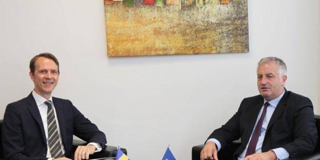Ministri i FSK-së, Rrustem Berisha priti sot në një takim, ambasadorin suedez Henrik Nilsson