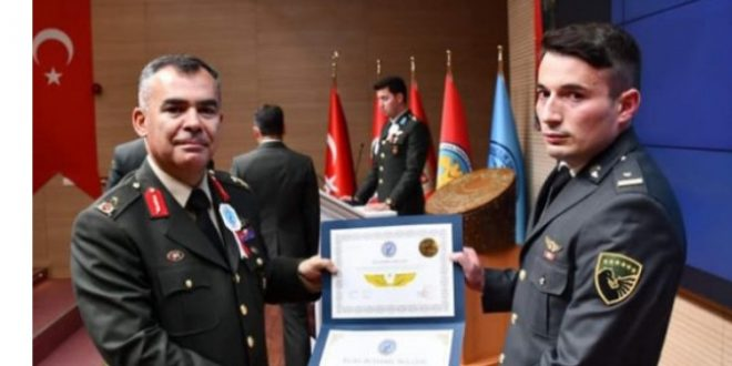 Ushtari i FSK-së, Atdhe Hasani, e përfundon shkollimin profesional për pilot helikopteri në Turqi