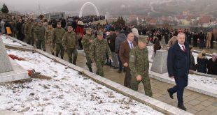 Ministri, Berisha dhe komandantit i FSK-së, Rama, bënë homazhe në nderim të martirëve dhe dëshmorëve të Reçakut