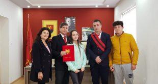 """Esmeralda Pirra: Bashkia e Tepelenës nderon me titullin """"Qytetar Nderi"""", publicistin dhe birin e trevës së saj, Albert Z. Zholi"""