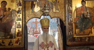 Popi i vdekur, Amfilohije, infekton mijëra besimtarë serbë në Mal të Zi me rastin e funeralit, besimtarët i puthen dorën