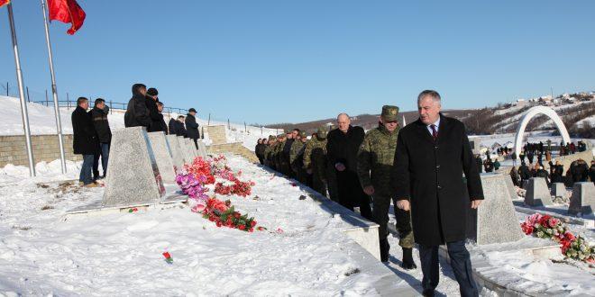 Ministri i Mbrojtjes dhe komandanti i FSK-së, bënë homazhe në nderim të martirëve dhe dëshmorëve në Reçak