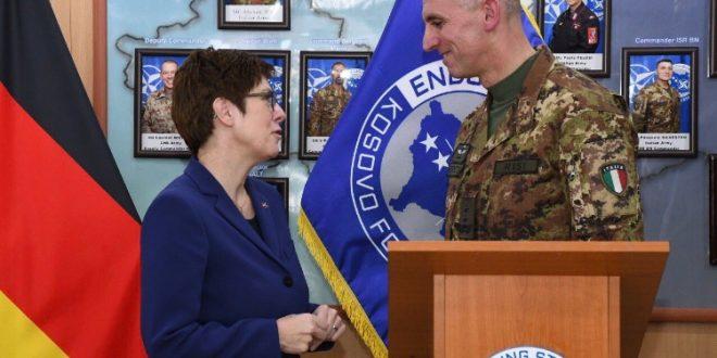 Ministrja gjermane e Mbrojtjes, Annegrat Kramp – Karrenbauer viziton Kosovën, takon komandantin e KFOR-it, gjeneralin Risis