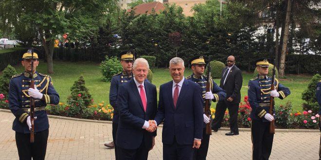 Kryetari i vendit, Hashim Thaçi ka pritur ish-kryetarin amerikan, Bill Clinton me një ceremoni shtetërore