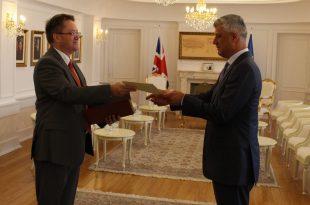 Ambasadori i ri britanez në Kosovë, Nicholas Abbott, prezanton kredencialet tek kryetari Hashim Thaçi