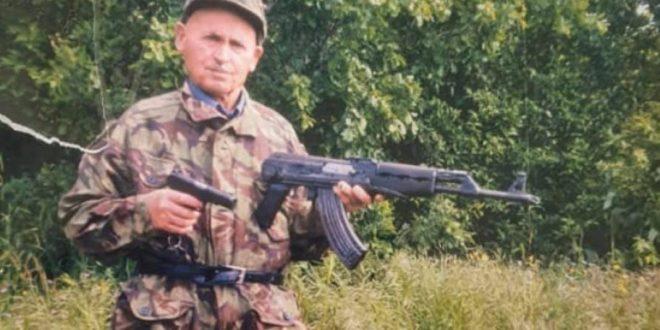 """Kryetari Thaçi dekoron pas vdekjes me urdhrin """"Hero i Kosovës"""" ish-luftëtarin e UÇK-së, hoxhën Avdyl Krasniqi"""