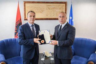 """Kryeministri në detyrë, Ramush Haradinaj, dekoron me """"Medaljen e Skënderbeut"""" Shpend Maxhunin e AKI-së"""