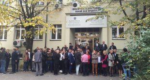 Për të tretën ditë me radhë puntorët e MKRS-së dhe të Ministrisë se Bujqësisë protestojnë kundër zhvendosjes se ministive