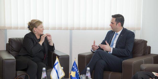 Ministri i Infrastrukturës dhe Ambientit, Lumir Abdixhiku priti në takim ambasadoren e Finlandës në Kosovë, Pia Stjernvall
