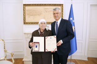 """Gjyshi i heroit të kombit Afrim Zhitia, Hakif Rimanishta dekorohet me urdhrin """"Hero i Kosovës"""" nga kryetari Thaçi"""