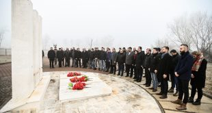 Vetëvendosje bënë nderime në 38 vjetorin e rënies së tre dëshmorëve të kombit Jusuf e Bardhosh Gërvalla dhe Kadri Zeka