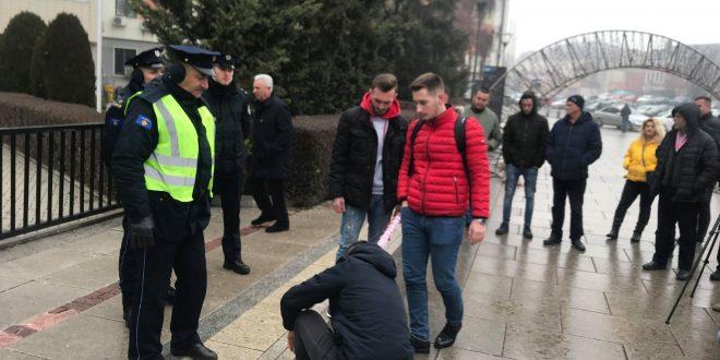 """Studentët e Universitetit të Prishtinës protestojnë para Kuvendit të Kosovës me moton """"Boll luajtët me këtë popull"""""""