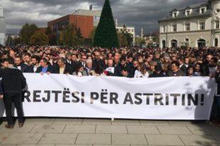 """Me moton """"Një popull për drejtësi"""" në 3-vjetorin e vdekjes së Astrit Deharit u mbajt marshi në kërkim të drejtësisë"""
