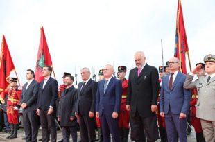 Mbahen homazhe në Varrezat e Dëshmorëve, në Tiranë, në përkujtim të 75-vjetorit të Çlirimit të Shqipërisë nga fashizmi