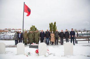 Pjesëtarët e FSK-së dhe zyrtarët e komunës së Drenasit nderojnë dëshmorët e rënë 22 vite më parë në Abri