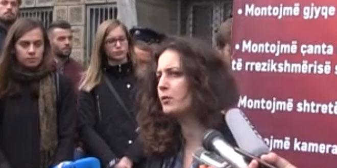Aktivistë të Vetëvendosjes ndërmorën një aksion simbolik para stacionit policor Qendra