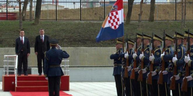 Ministri i Mbrojtjes së Kroacisë, Josip Buleviq u prit me ceremoni ushtarake në Ministrinë e FSK-së