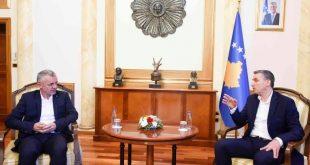 Kryetari i Kuvendit të Kosovës, Kadri Veseli i ndan mirënjohje humanistit Halil Kastrati