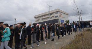 """Sot, me homazhe e nderime, në """"Lëndinën e lotëve"""" në Malishevë u përkujtuan 15 maturantët e gjimnazit të qytetit"""