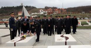 """Ministri dhe Komandanti i FSK-së bëjnë homazhe në Kompleksin Memorial """"Adem Jashari"""" në Prekaz"""