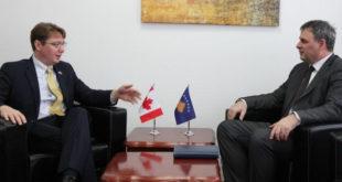 Ministri Demolli është takuar më ambasadorin kanadez në Kosovë