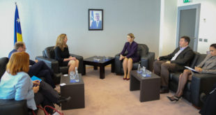 Dhurata Hoxha zotohet për bashkëpunim e koordinimin me Zyrën Administrative për Dhomat e Specializuara
