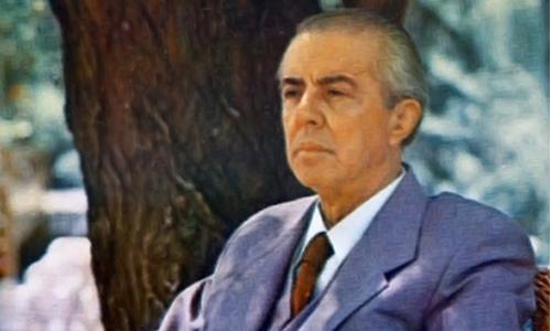 Dr. Hakif Bajrami: Enver Hoxha dhe shqiptarët në maje të thikës, të dhunuar ideologjikisht nga Lindja dhe Perëndimi II