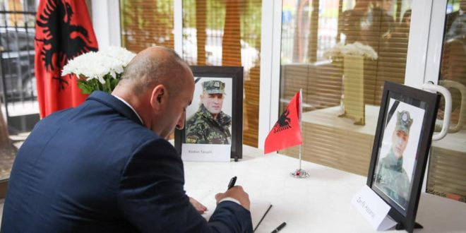Haradinaj: Oficerët e Ushtrisë Shqiptare, nëntetare Zarife Hasanaj dhe major Klodian Tanushi, nderuan flamurin dhe atdheun
