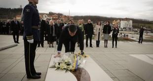 Kryetari Veseli bëri homazhe pranë varrit të Komandantit Legjendar, Adem Jashari