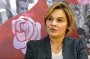 Monika Kryemadhi tërhiqet nga protestat e dhunshme pas vërejtjes së ambasadores së Amerikës në Tiranë, Yuri Kim